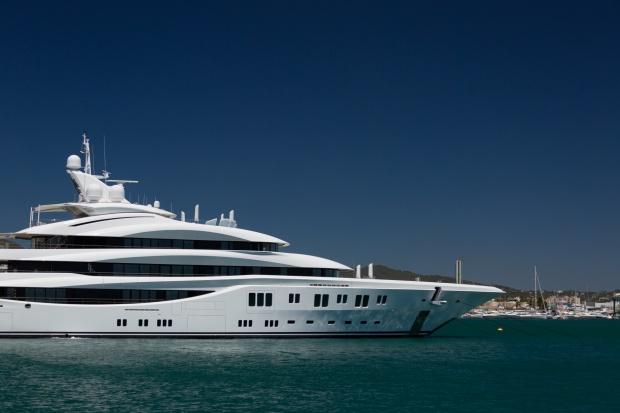 large-luxury-yacht-1466531867pmz